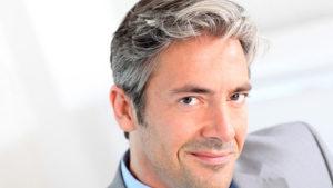 mężczyzna siwe włosy