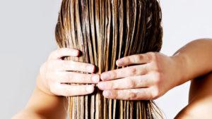 Nakładanie maski do włosów