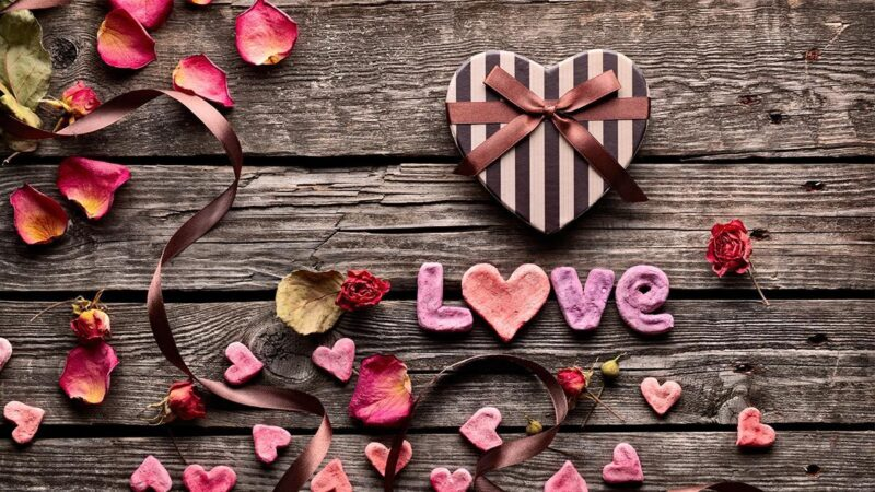 5d6911395f9ad9 Święto Zakochanych tuż-tuż, a Ty nie wiesz, co kupić dziewczynie na  Walentynki? Z pewnością Twoja ukochana ucieszy się z kosmetyków, tylko jak  się w tym ...