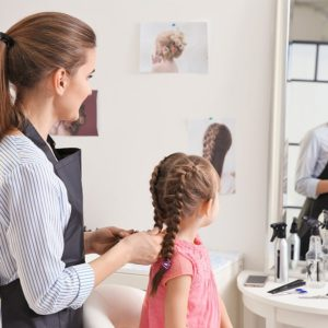 jak przygotować dziecko do wizyty u fryzjera