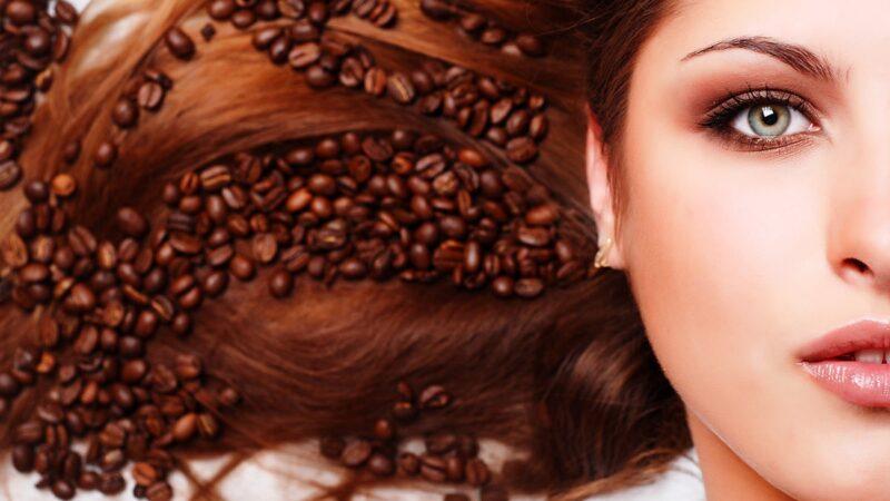 jak kawa wpływa na włosy, kawa w pielęgnacji wlosów, zalety stosowania kawy na włosy