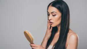 wypadanie włosów, gubienie włosów, jak powstrzymać gubienie włosów