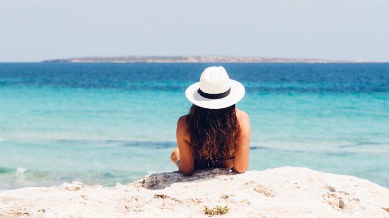 jak pielęgnować włosy latem, jak chronić włosy przed słońcem