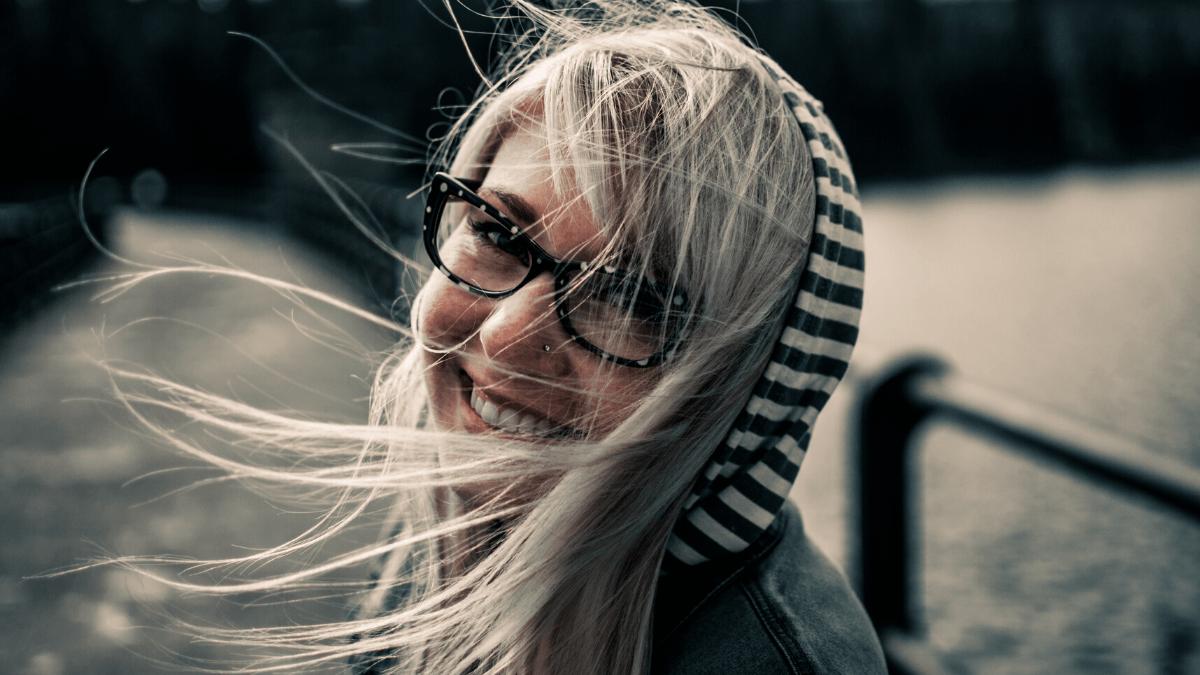 siwe włosy, srebrne włosy, jak dbać o srebrne włosy