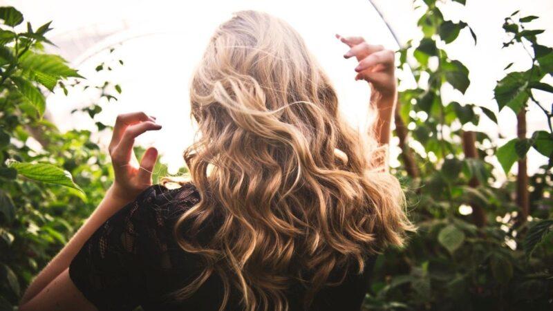 Czym farbować włosy zniszczone słońcem?