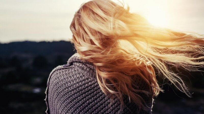 czym farbować włosy po lecie, delikatna koloryzacja włosów