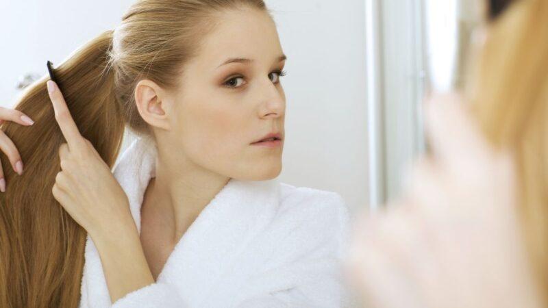jak poprawnie czesać włosy, jak prawidłowo czesać włosy, czym czesać włosy, jak rozczesywać włosy, czesanie włosów grzebieniem