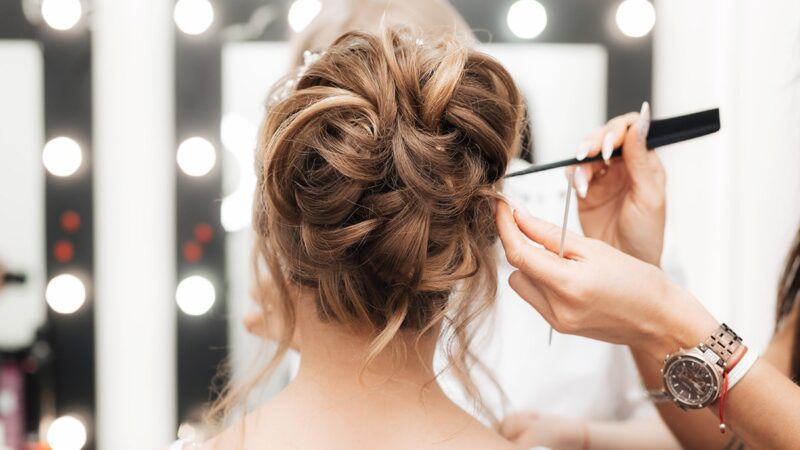 Ślub na głowie – czym się kierować przy wyborze fryzjera ślubnego?