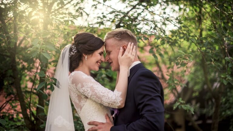 fryzury na wesele 2021, fryzury na ślub 2021, fryzury dla panny młodej, fryzury dla pana młodego, fryzury na śłub dla niej, fryzury na śłub dla niego