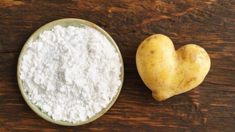 mąka ziemniaczana na włosy, domowy suchy szampon, skrobia ziemniaczana na włosy, jak zrobić suchy szampon